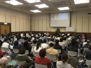 仙腸関節のメカニズムを説明する桑岡俊文講師