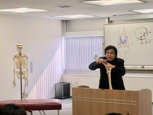 膝関節のメカニズムを講義する桑岡俊文博士