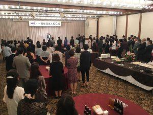 華やかなパーティで開式の挨拶をするKCS会長 桑岡俊文先生