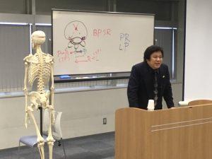胸椎の特徴的な性質と、調整の際の注意点を説明するKCSの桑岡会長。