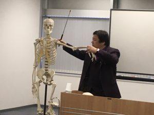 桑岡俊文会長によって開発された肩複合体に対する姿勢調整テクニックの説明