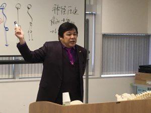姿勢科学的観点からKCSオリジナル姿勢調整の理論を熱心に桑岡俊文会長から学ぶKCS会員様たち