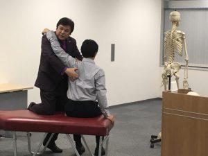 KCSオリジナルの肩複合体への調整テクニックは瞬間的に姿勢を改善させ、様々な肩部の問題を改善させます