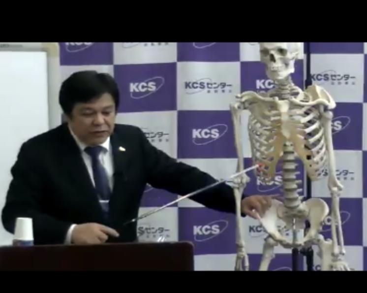 胸椎のバイオメカニクスを説明する桑岡博士